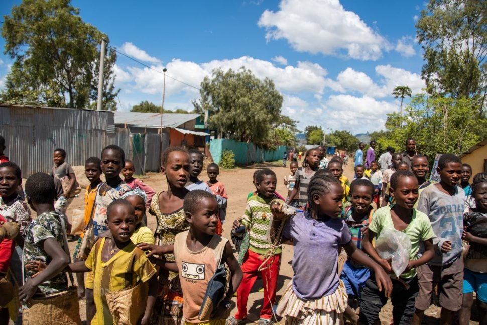 Vesnická ulice plná dětí
